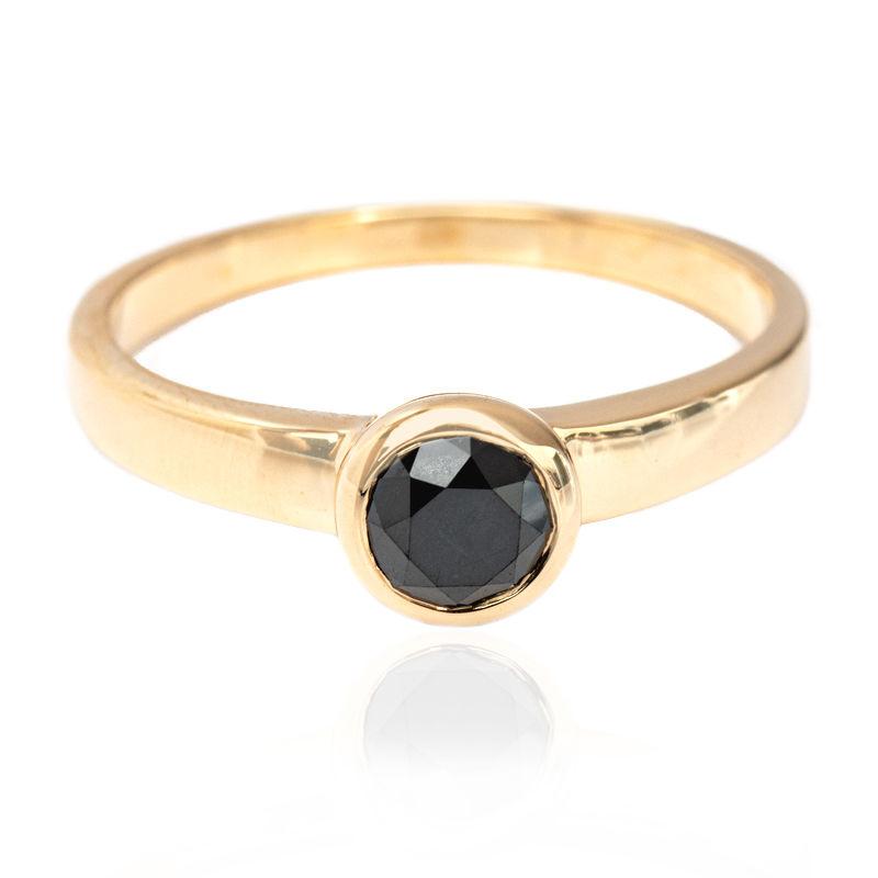 bague or jaune avec diamant noir