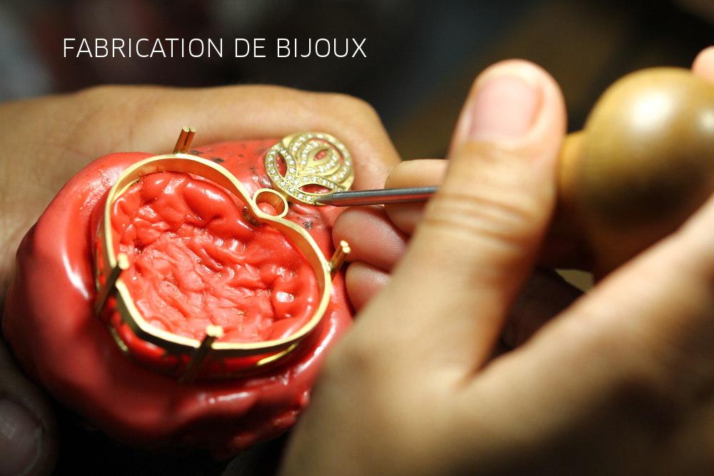 La fabrication des bijoux sertis de pierres précieuses