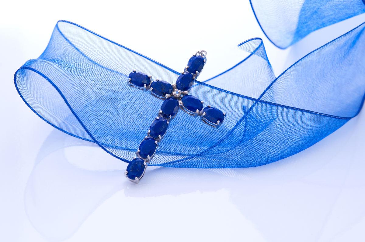Pendentif en croix et pierres précieuses